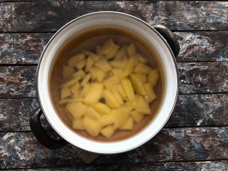 Воду доведите до кипения, всыпьте картофель и варите его 5-10 минут.
