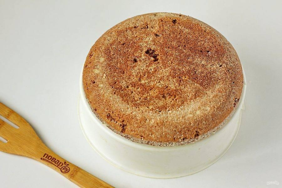 Готовый пирог слега остудите прямо в чаше, а затем достаньте при помощи контейнера для варки на пару.