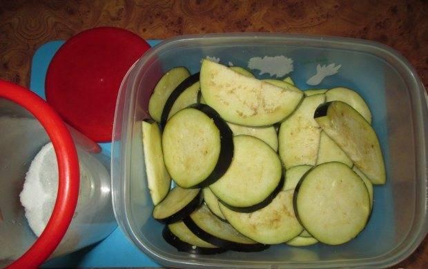 2. Овощи нарезаем кольцами. Начните с баклажанов: для начала нарежьте их посолите и оставьте на некоторое время, чтобы ушла горечь.