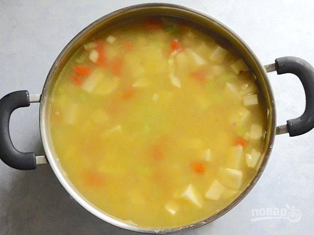 6.Залейте овощи в кастрюле куриным бульоном и отправьте на огонь, накройте крышкой и доведите до кипения.
