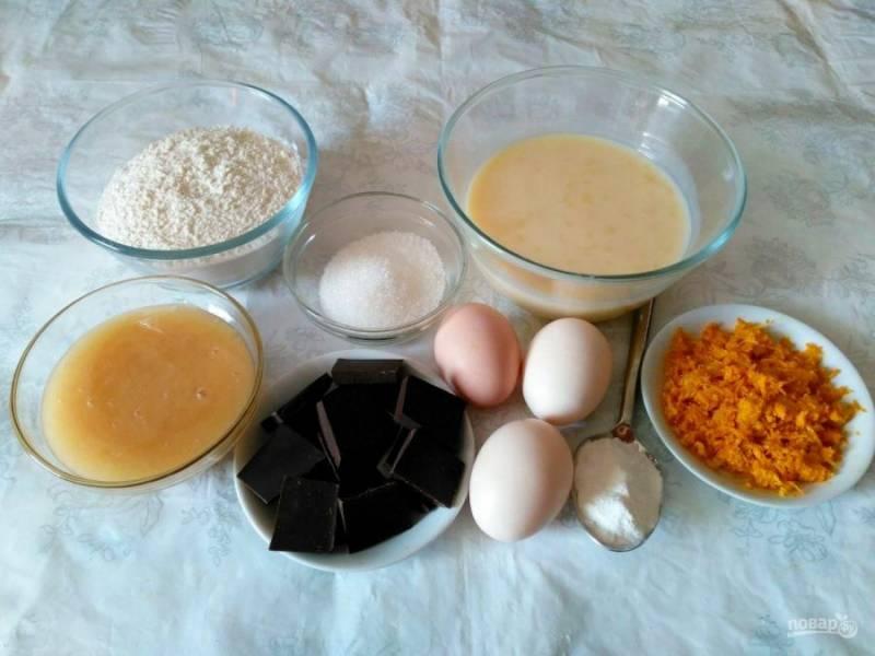 Подготовьте все перечисленные ингредиенты, с апельсина снимите цедру с помощью мелкой тёрки. Шоколад выбирайте с высоким содержанием какао (70-80%), чтобы крем для торта получился не слишком сладким.
