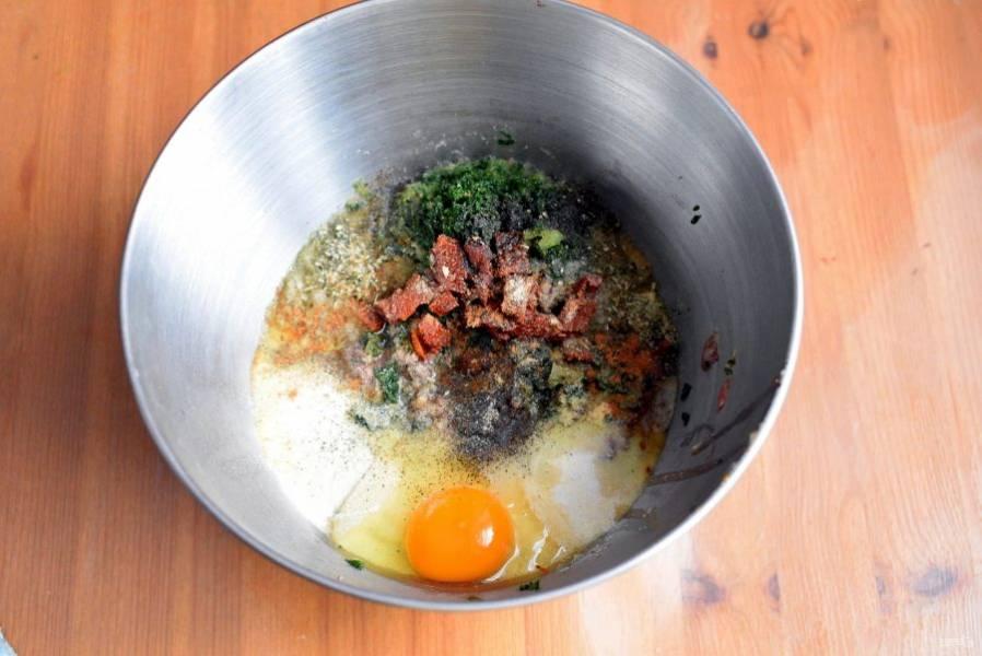 Добавьте в фарш яйцо, манную крупу, коньяк, специи и пряности. Хорошо перемешайте и в последнюю очередь добавьте мелко нарезанные вяленые помидоры.