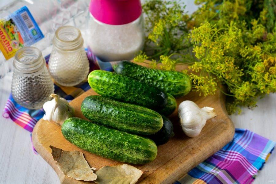 Подготовьте ингредиенты для консервирования огурцов.