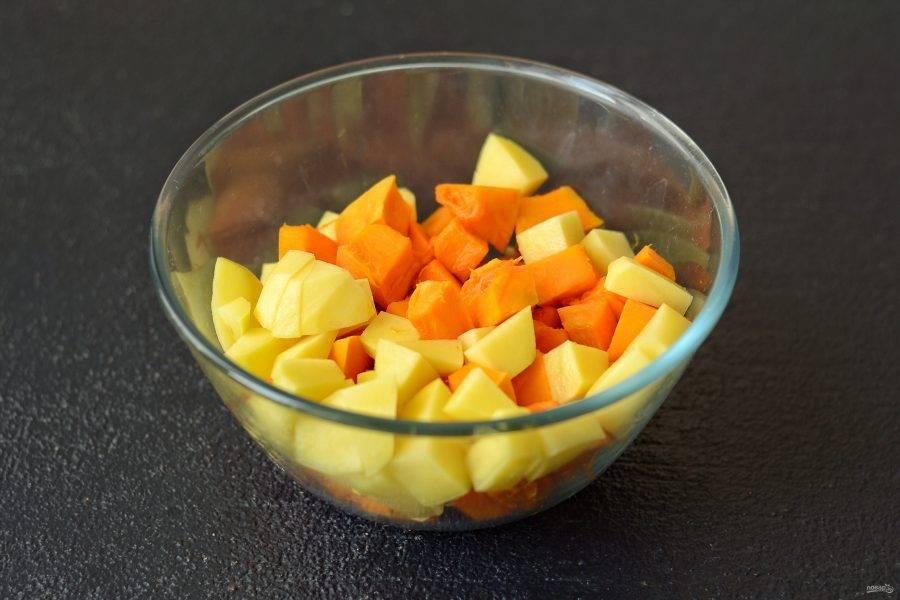Очистите тыкву и картошку от кожуры, нарежьте кубиками.