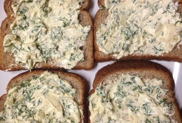 5.Распределите масляную смесь поверх каждого ломтика хлеба, не жалейте.