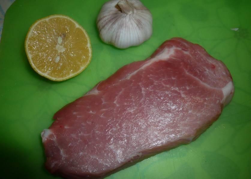 Мясо тщательно промойте и обрежьте лишний жир.