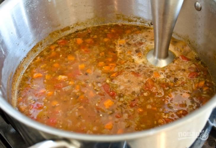 Варите супчик на среднем огне около 40 минут, затем достаньте лаврушку и измельчите суп в пюре блендером.