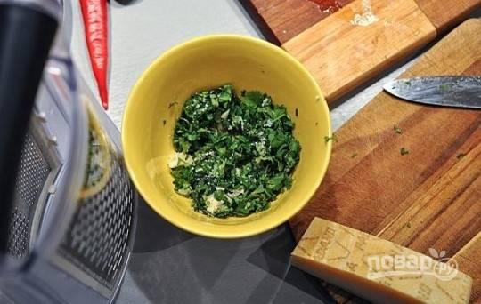 Медальоны идеально подавать с соусом. В небольшую миску добавим мелко нарезанные чеснок и кинзу, тертый пармезан, соль и йогурт. Все хорошо перемешаем и оставим, пусть настаивается.