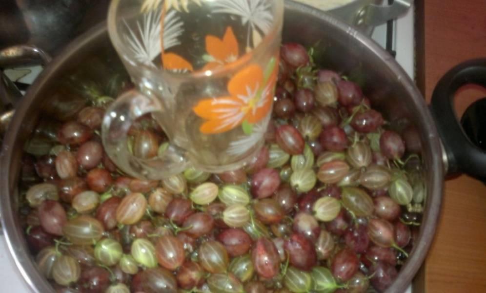 2. Перекладываем в кастрюлю, добавим водичку, немного прижмем сверху ягоды. Доводим до кипения, еще 10 минут кипятим, снимая пенку.
