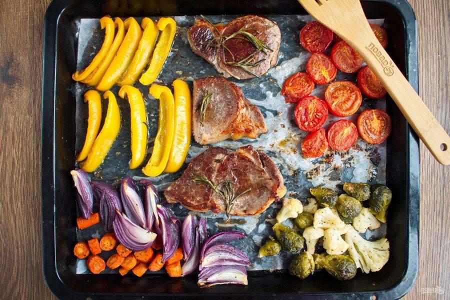 Переверните мясо, запекайте еще 5 минут.