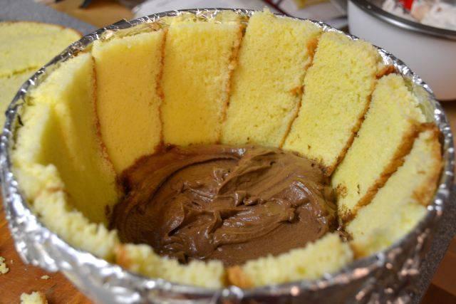 11. На ломтики бисквита выложить шоколадный крем.