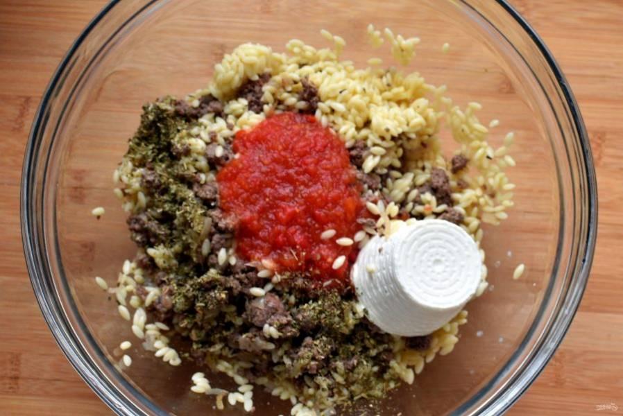 Остудите фарш до теплого состояния и выложите в просторную миску. Добавьте орзо, сваренное аль-денте, томатную пассату и рикотту. Посолите, поперчите и щедро посыпьте итальянскими травами. Очень рекомендую добавить совсем чуть-чуть свежей тертой лимонной цедры.Хорошо вымешайте фарш.