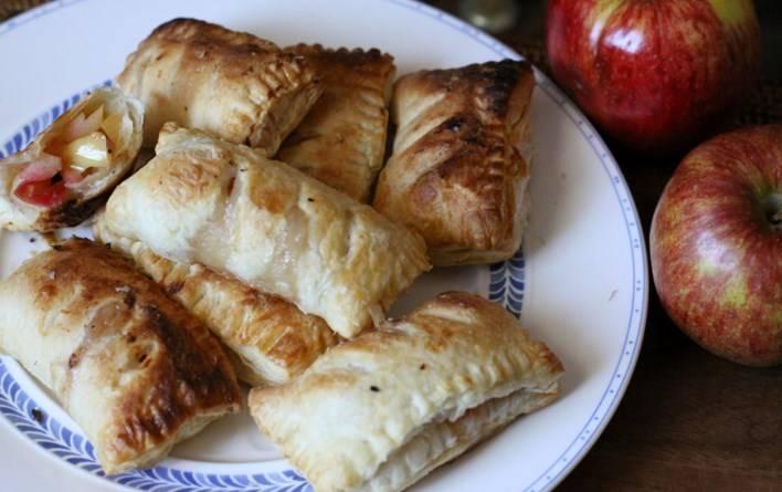 Выпекайте в разогретой до 200 С духовке минут 10. Готовые пирожки из слоёного теста с яблоками можете подавать к чаю, посыпав корицей. Приятного аппетита!
