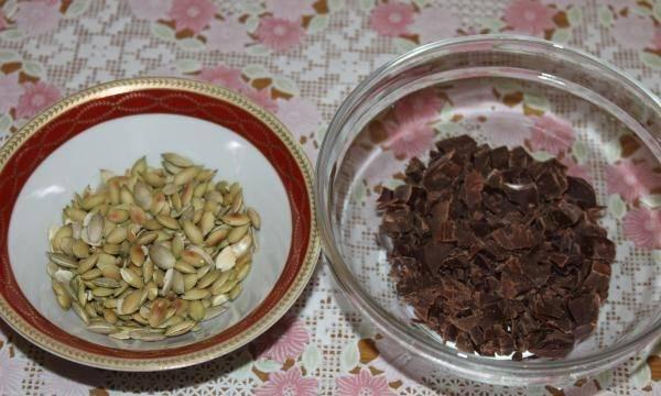 5. В качестве добавки в данном случае используется чистый черный шоколад и семечки тыквы.