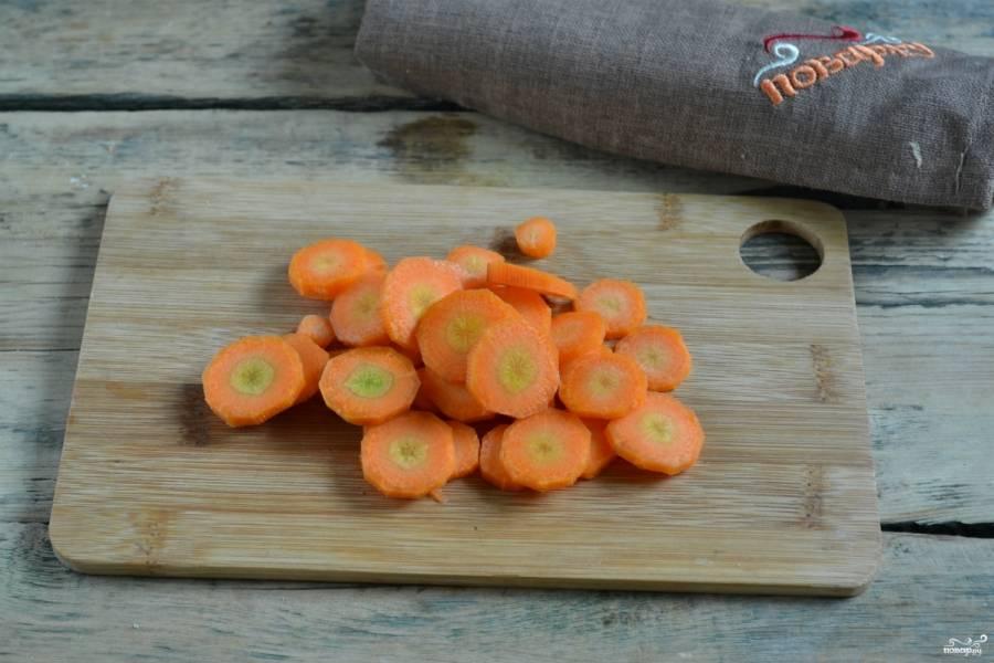 Морковь порежьте тонкими колечками, чтобы она хорошо промариновалась. Кстати, морковка тоже получится очень вкусной, так что не выбрасывайте ее, когда будете кушать капусту.
