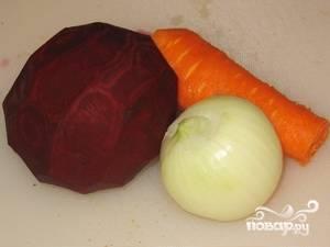 Пока варится бульон, не будем терять время и почистим морковь, свеклу и лук.