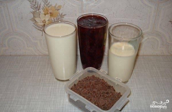 Взбейте охлаждённое молоко со сливками, лучше в блендере.
