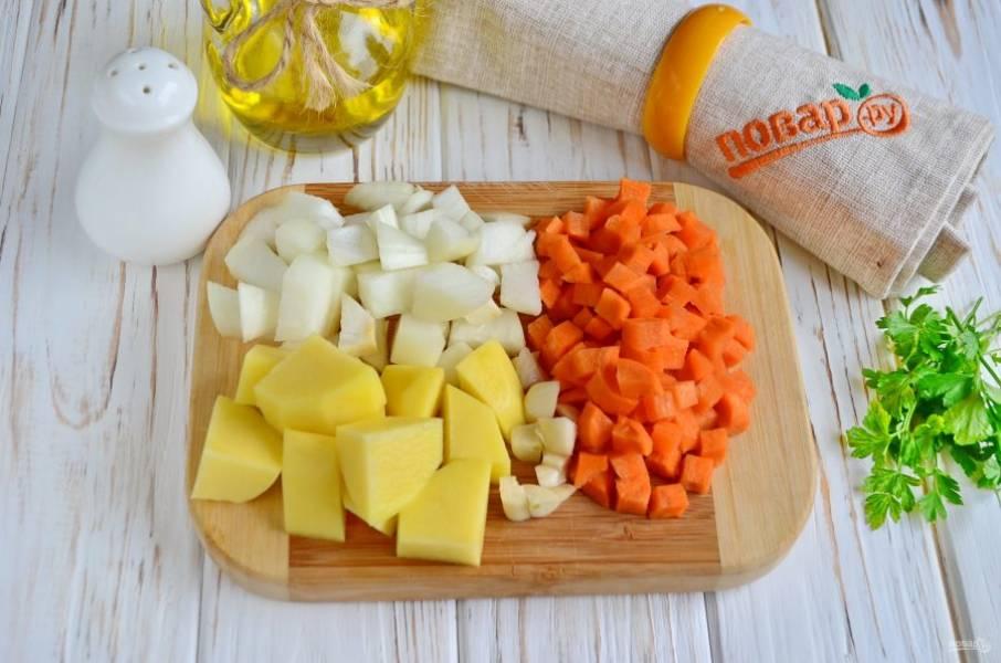 Порежьте крупно лук, чеснок, морковь.