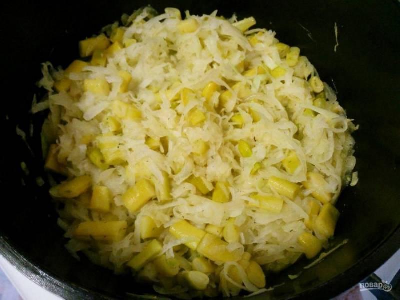 Доведите фасоль до полуготовности и добавьте натёртую на крупной тёрке кольраби, посолите и перемешайте начинку, потомите ещё 3-5 минут.