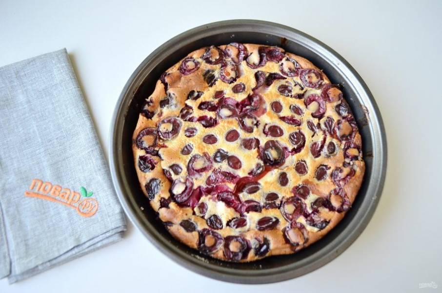 8. Клафути с черешней готов. Остудите пирог полностью, тогда он легко выйдет из формы.