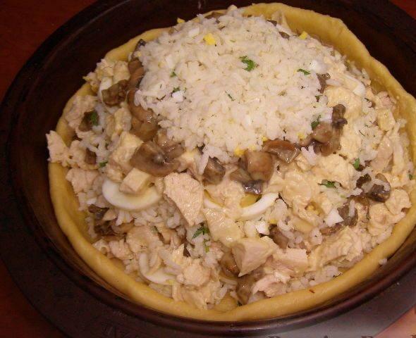 14. Третий и остальные слои - все оставшиеся ингредиенты (курицы с соусом, грибы), а завершающим слоем должен быть снова рис.