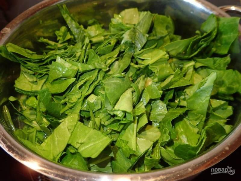 5. Когда овощи будут почти готовы, введите нашинкованные листья шпината и варите еще 10 минут на слабом огне.