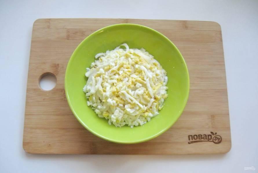 Яйца очистите и натрите на терке. Выложите следующим слоем. Посолите немного.