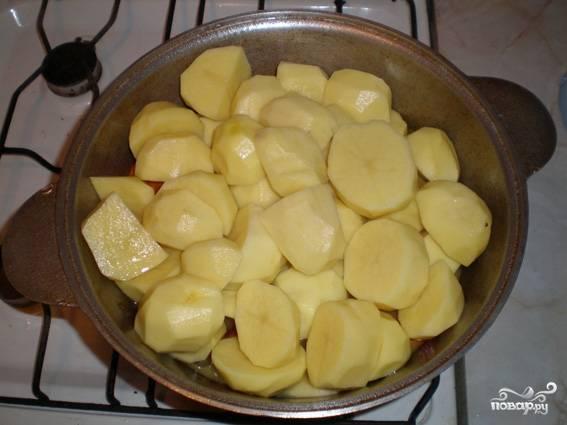 7. Затем выкладываю наш картофель и хорошо приминаю его.