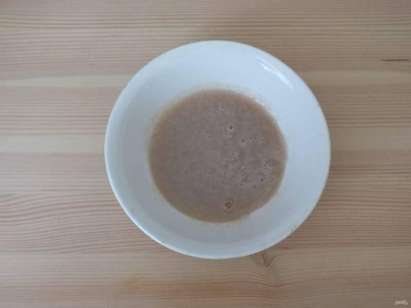 В сахар добавьте дрожжи и разотрите их в кашицу.