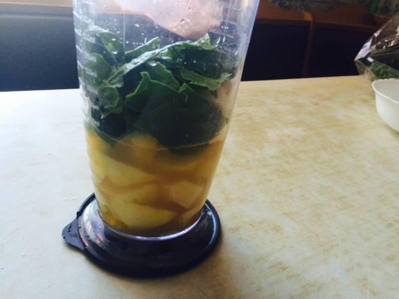 Вливаем ананасовый сок.