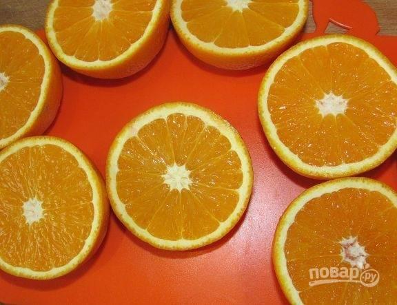 Апельсины разрежьте на половинки. Извлеките из них мякоть.