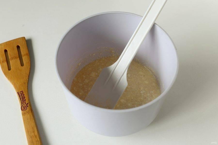 Взбейте яйцо с сахаром, мягким маслом и ванилином.