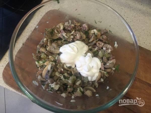 11. Соедините все ингредиенты в салатнике, заправьте сметаной и майонезом, по вкусу добавьте соль и перец. Все перемешайте — и можно подавать к столу.