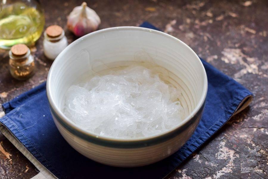 Готовую рисовую лапшу переложите в глубокую тарелку.