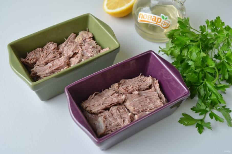 7. Вареную говядину нарежьте тонкими ломтиками и выложите на соус в один слой, можно внахлест.