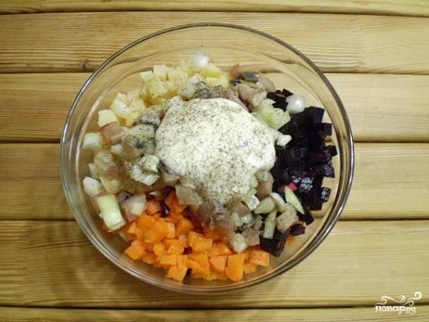 Соедините все ингредиенты салата. Добавьте майонез, соль, перец черный молотый.