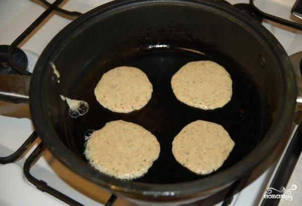 2. Теперь аккуратно ложечкой выкладываем на сковородку, формируя небольшие блинчики, каждый из которых обжарим с двух сторон.