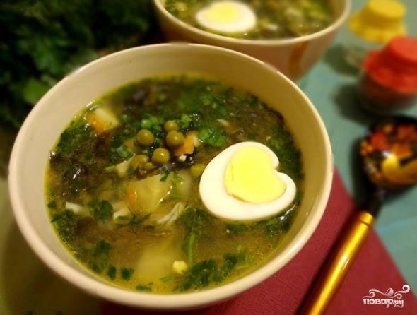 Разлить суп по тарелкам, в каждую положить по половинке вареного яйца. Подавать со сметаной. Приятного аппетита!