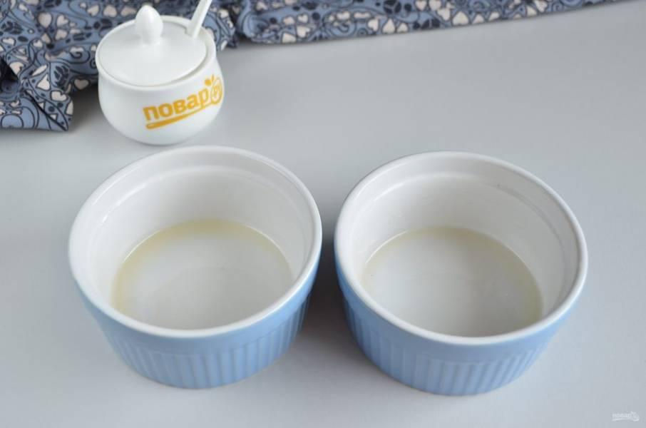 Формочки для выпекания смаженок смажьте растительным маслом.