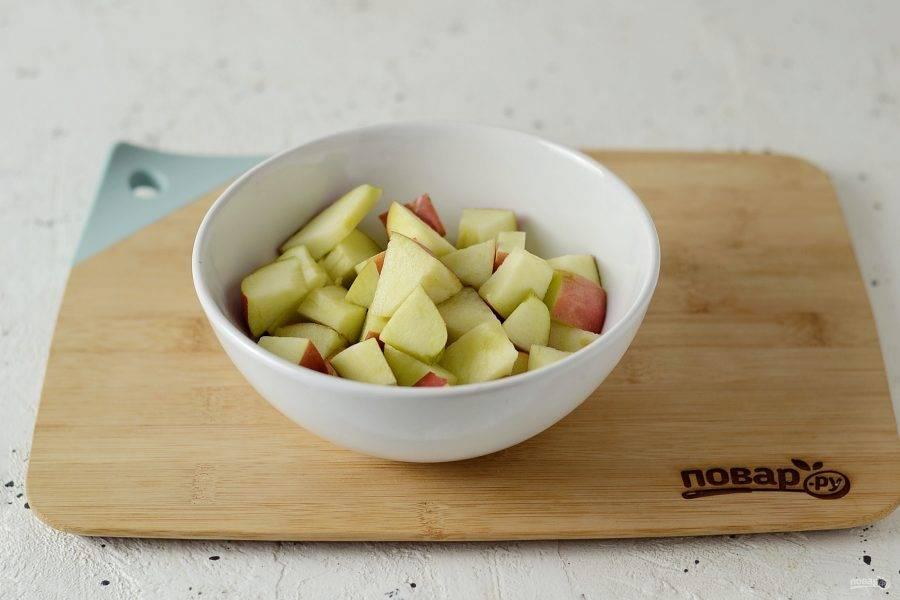 Яблоки помойте, удалите сердцевину и нарежьте кубиками.