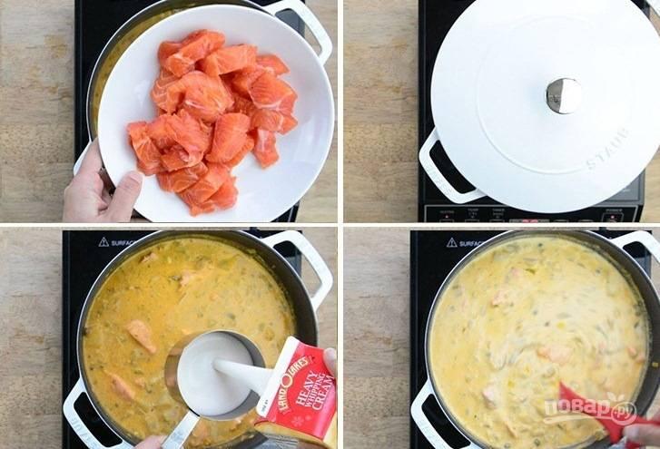 3. Нарежьте лосось кубиками и отправьте в кастрюлю. Влейте сливки и добавьте сливочный сыр.