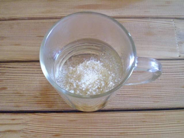 2. Желатин разводим горячей водой, постоянно помешивая, растворяем.
