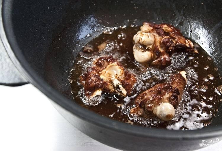 5. Теперь на этом жиру обжариваем кусочки баранины на кости. После чего также убираем их.