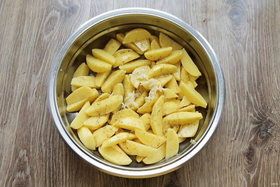 В миску с картофелем выложите измельченный чеснок, влейте растительное масло и хорошенько перемешайте.