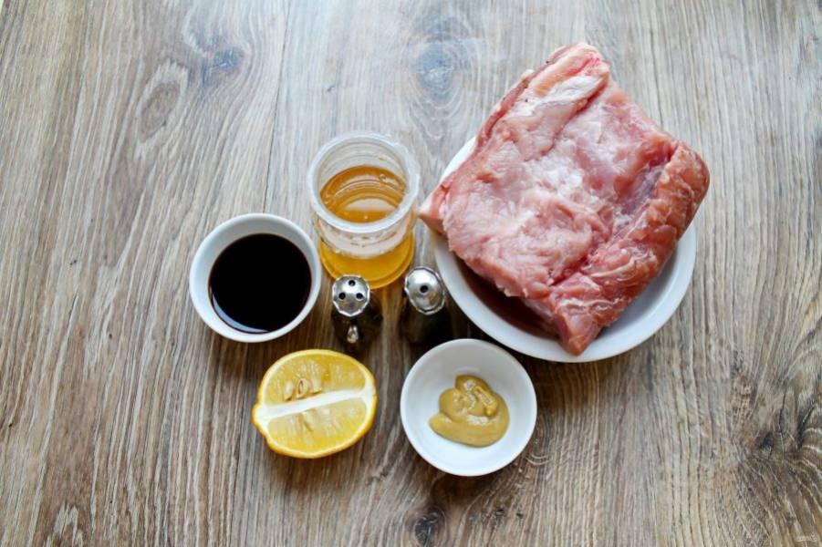 Подготовьте все необходимые ингредиенты для приготовления свинины в медовом маринаде.