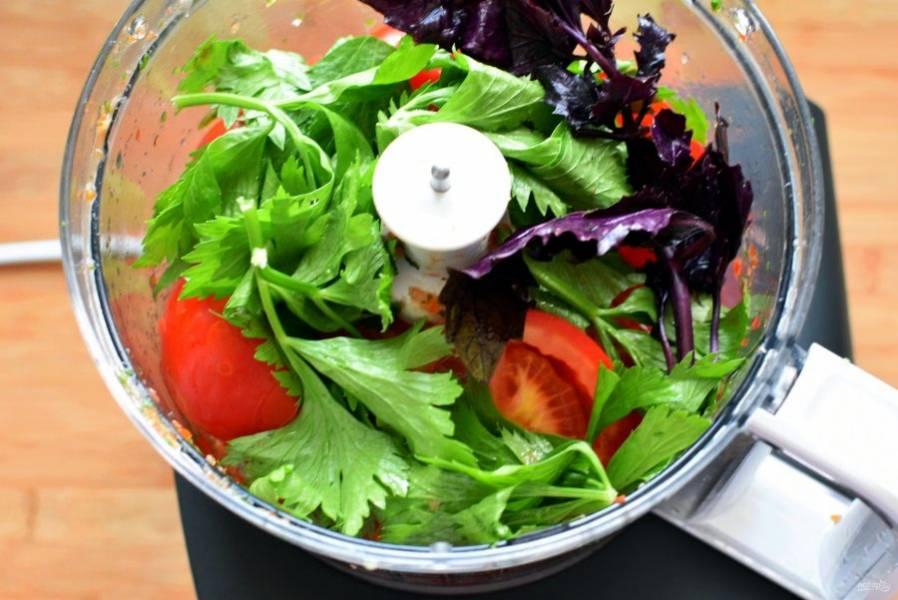 Пока овощи пассеруются, пробейте блендером спелые помидоры (можно без кожицы) с чесноком и пряными травами.