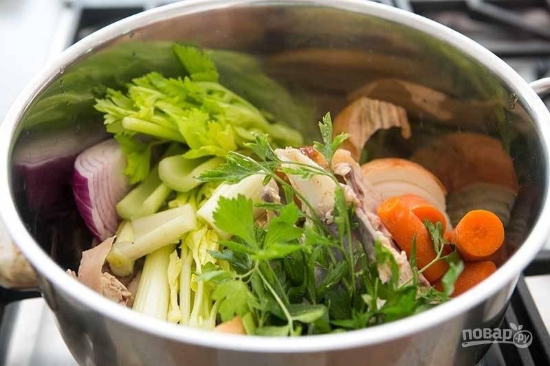 Добавьте корень петрушки (можно вместе с зеленью), морковку, лук.