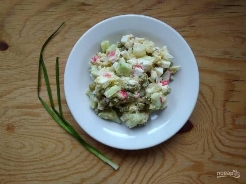 7. Заправьте салат майонезом, солью и перцем. Перемешайте. Приятного аппетита!