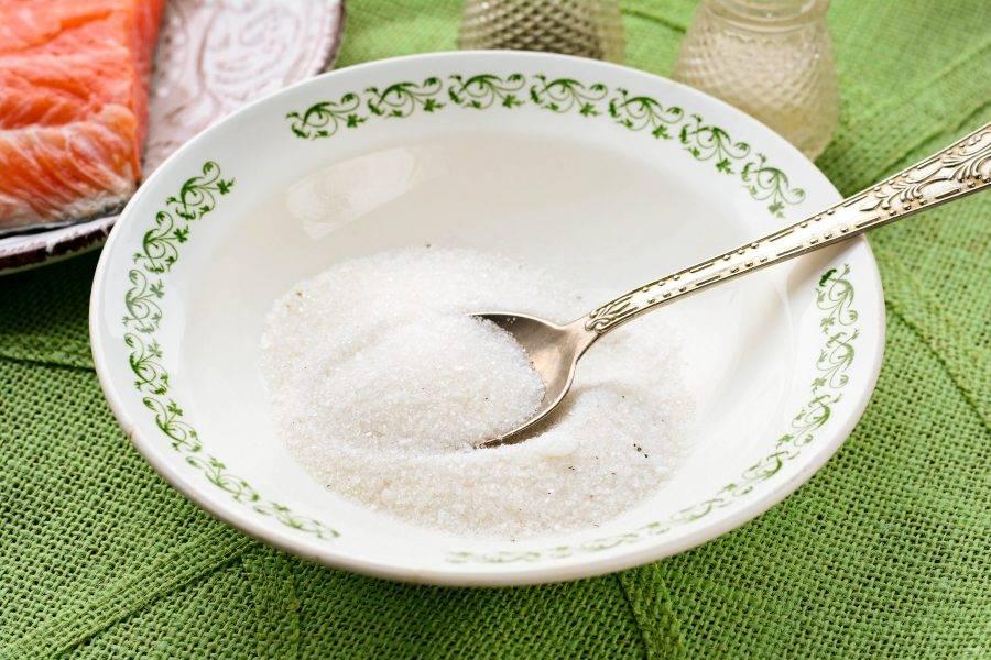 Смешайте в плошке соль и сахар. По вкусу добавьте черный молотый перец.