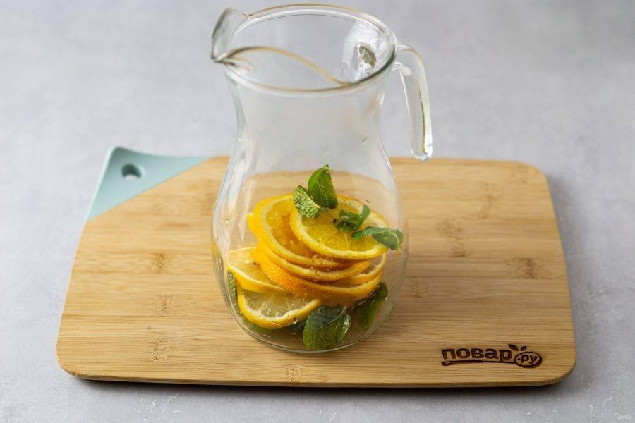 Переложите фрукты и мяту в кувшин.